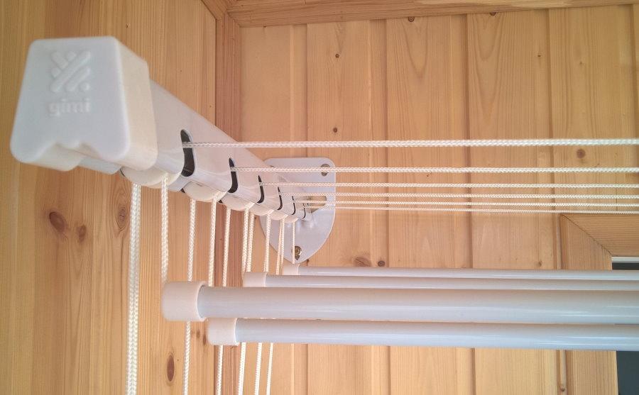 Монтаж настенной сушилки для белья на балконе с вагонкой
