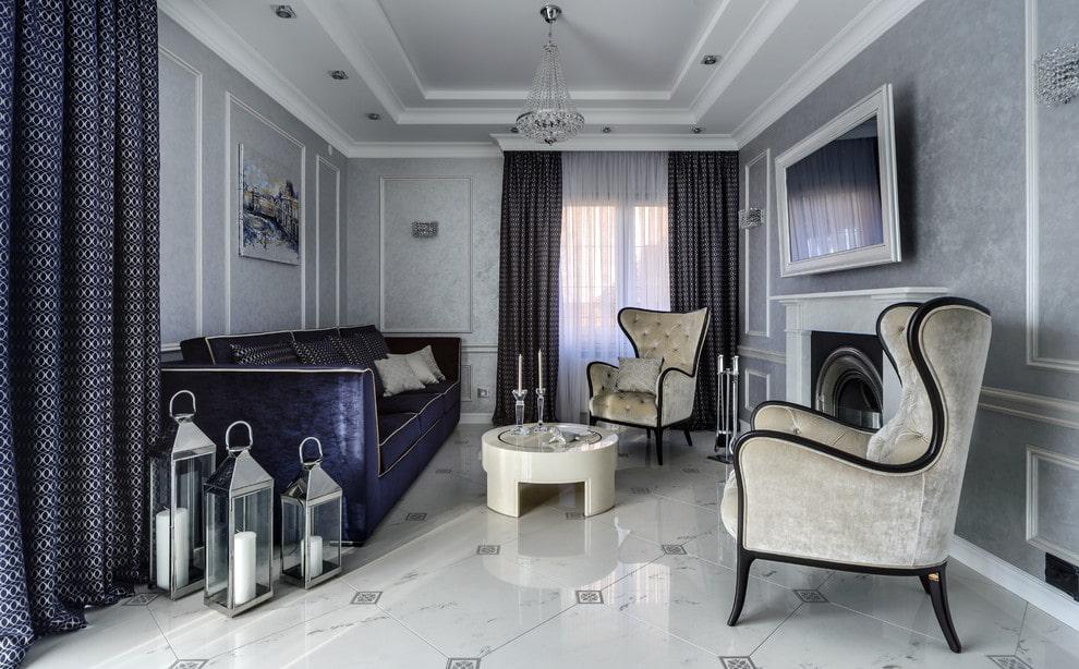 Крупноформатная плитка на полу небольшой гостиной