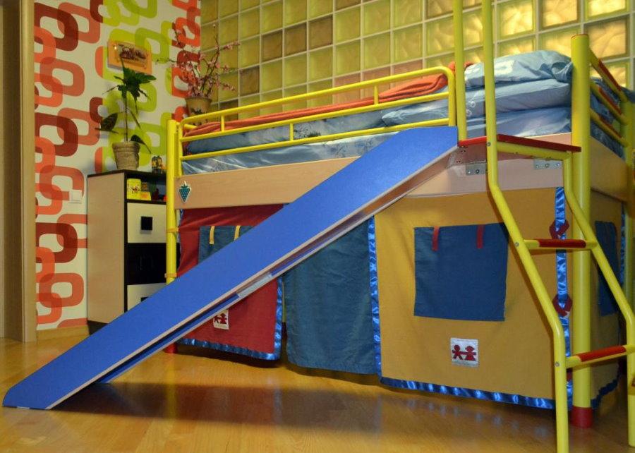 Высокая кровать с горкой синего цвета