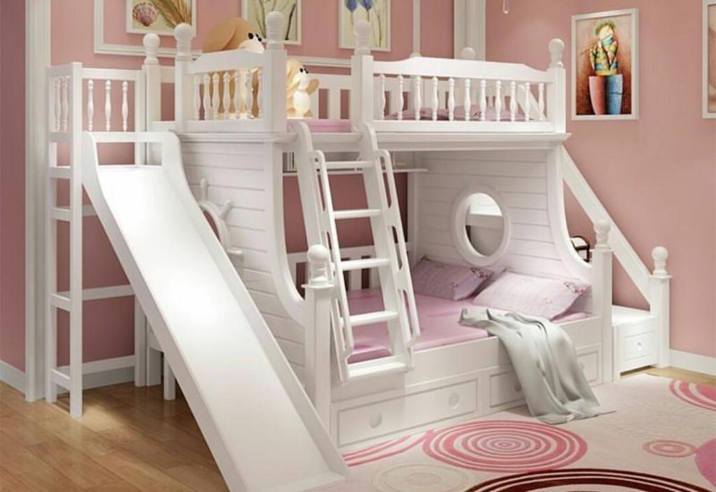 Двухэтажная кровать с горкой в комнате разнополых детей