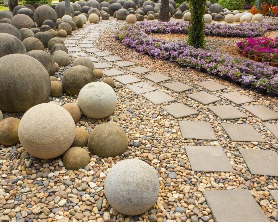 Круглые камни речной породы на загородном участке