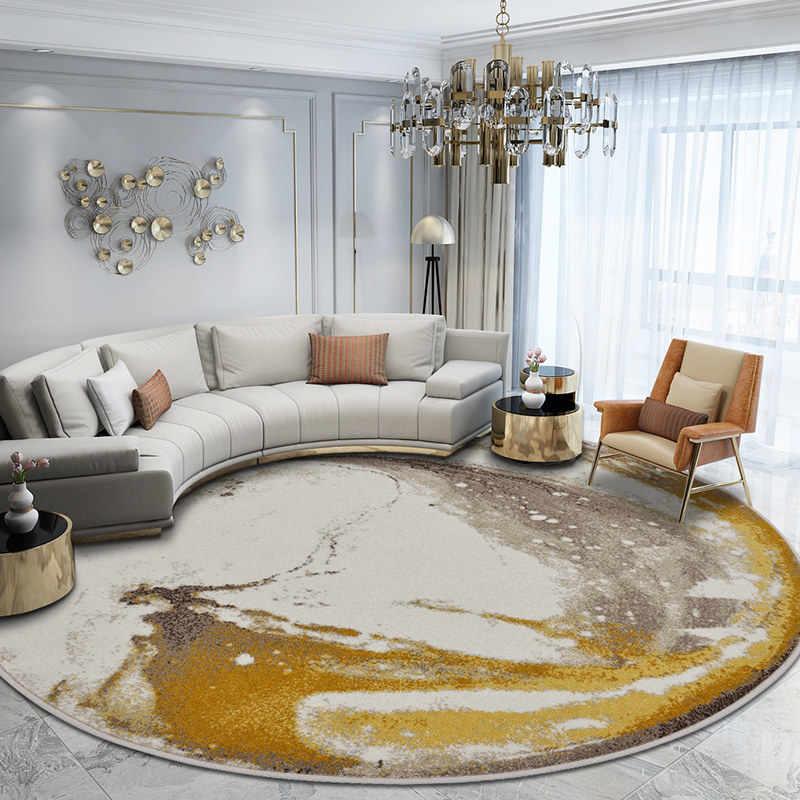 Дугообразный диван в гостиной с круглым ковром