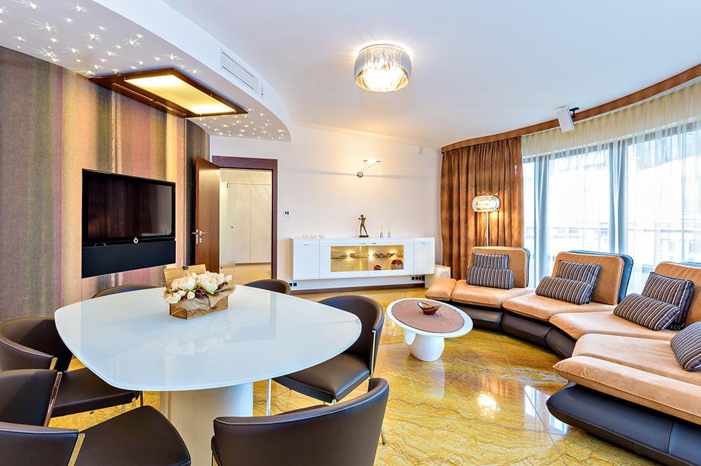 Круговая расстановка мебели в гостиной комнате
