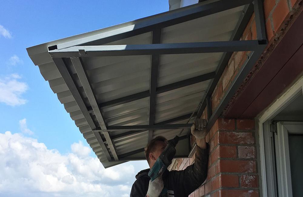 Установка крыши на балконе верхнего этажа