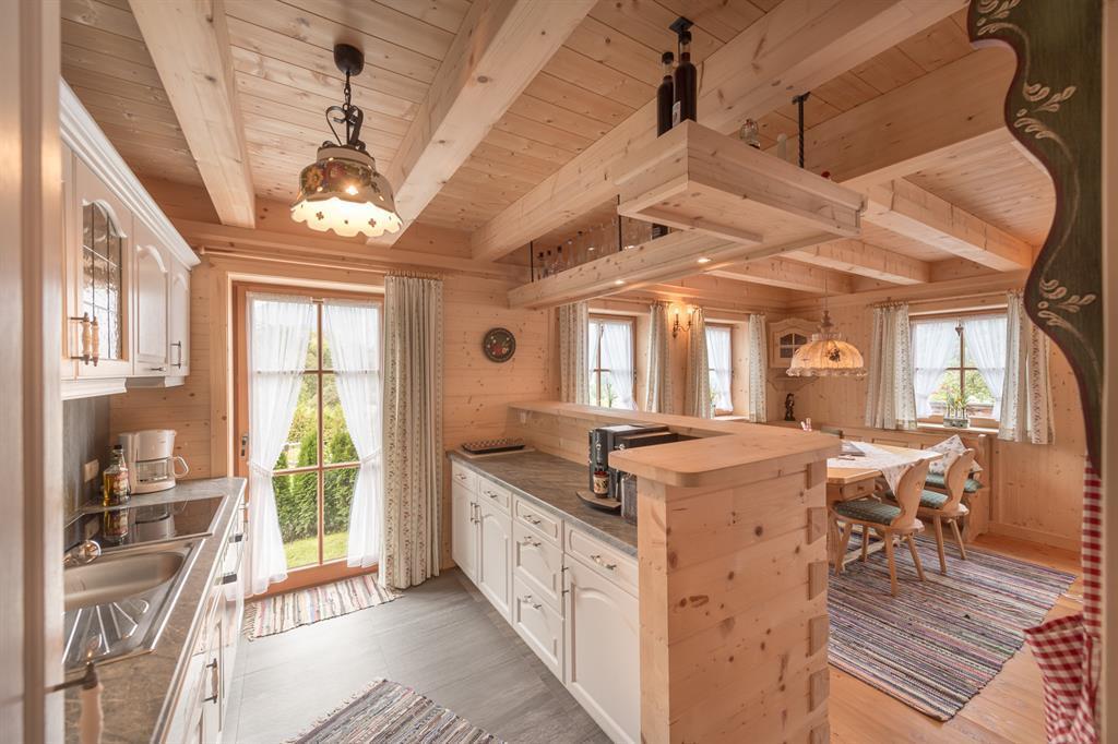 Деревянный потолок в кухне-столовой частного дома