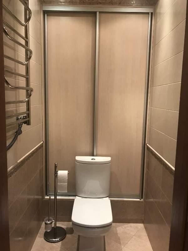 Раздвижные дверки на шкафу с сантехническим оборудованием