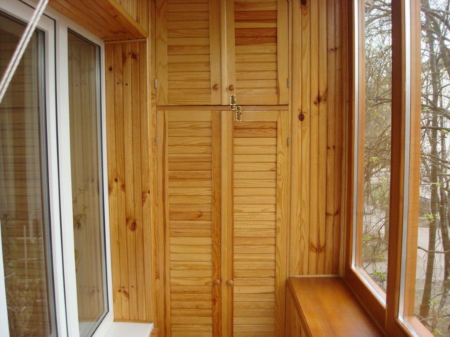 Лакированные дверцы шкафа на лоджии