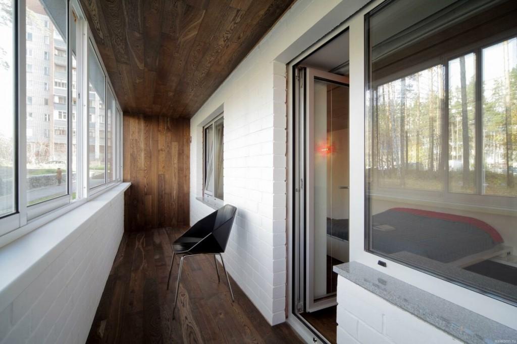 Отделка балконного пространства коричневым ламинатом