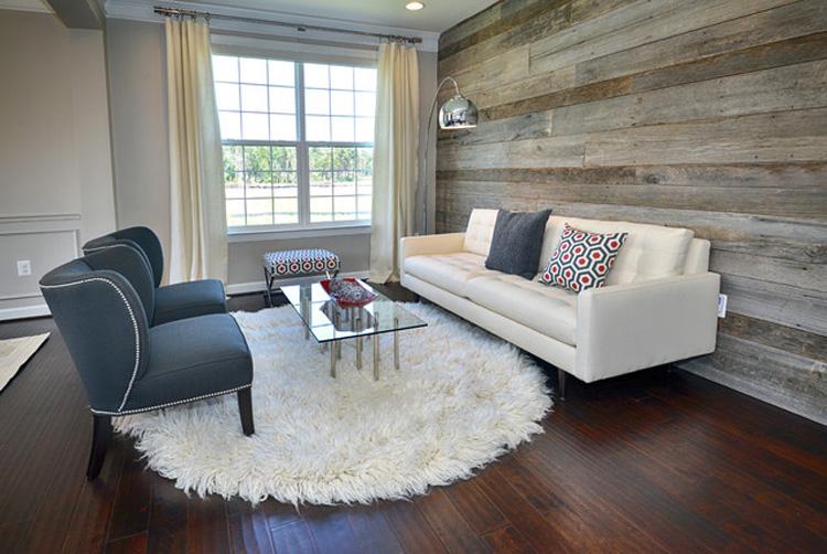 Белый диван в гостиной с ламинированной стеной