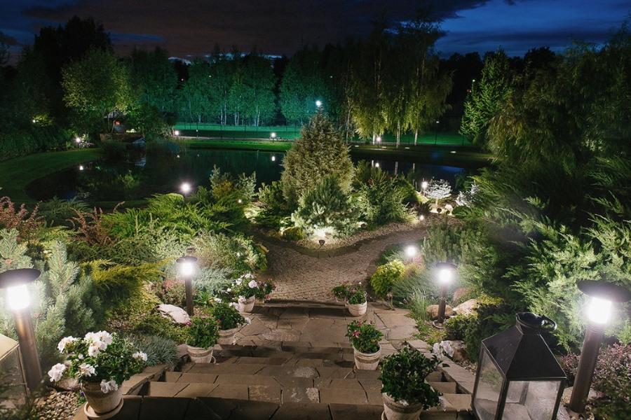 Освещение садовой тропинки невысокими светильниками