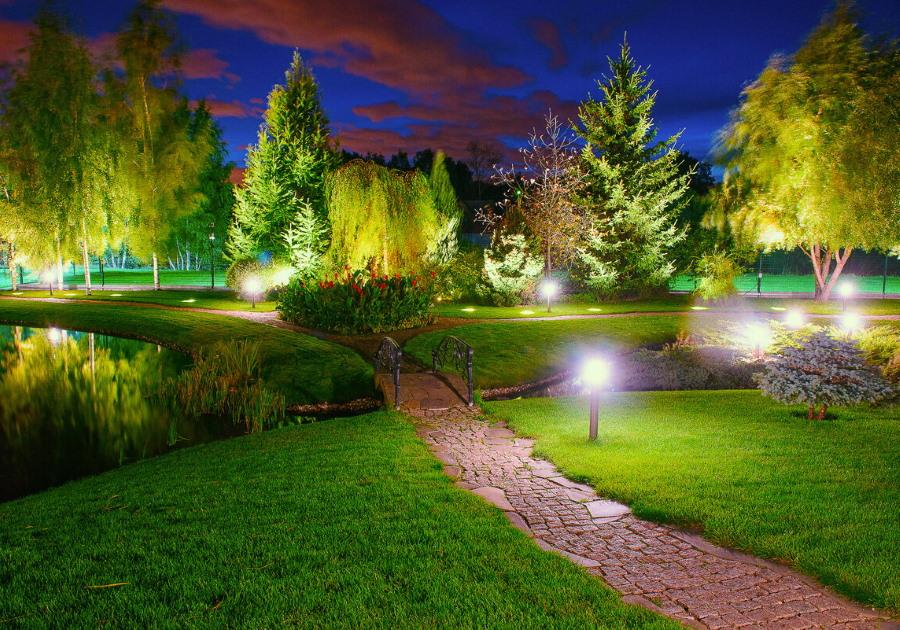 Ландшафтное освещение загородного участка в ночное время