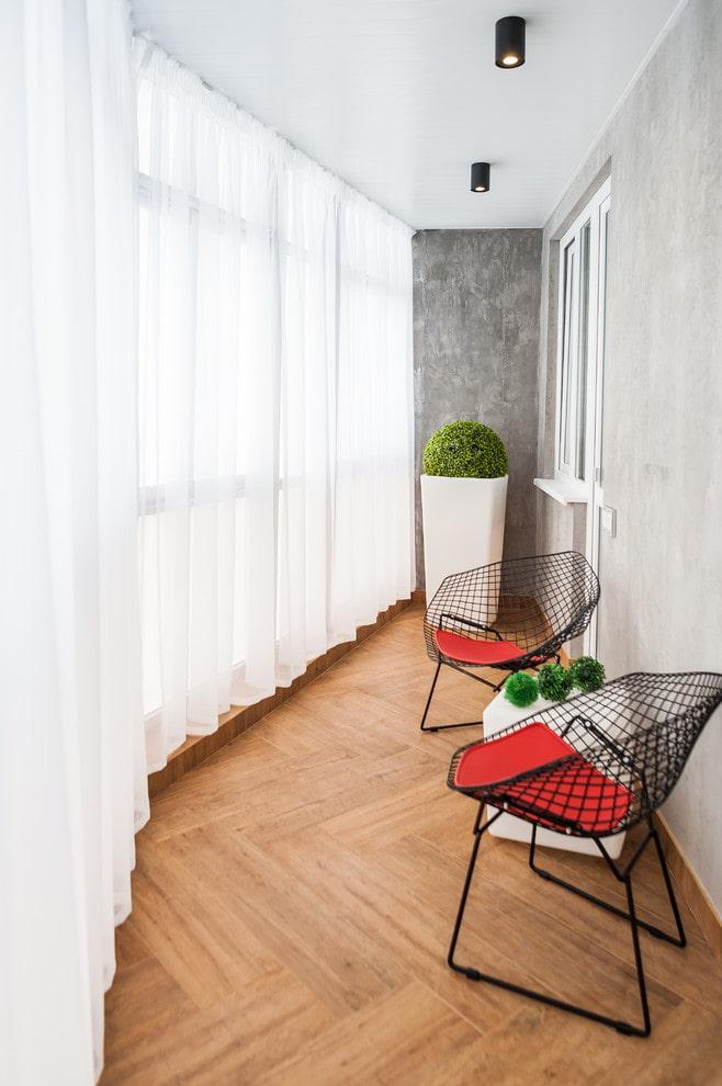 Воздушные тюлевые шторы в интерьере балкона