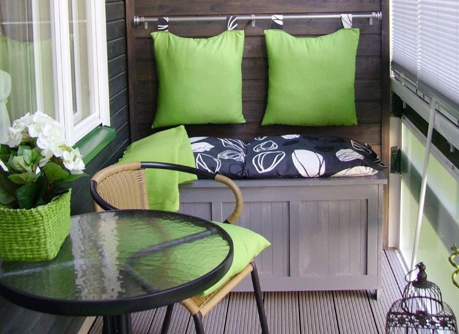 Столик с диванчиком на балконе с ПВХ-окнами