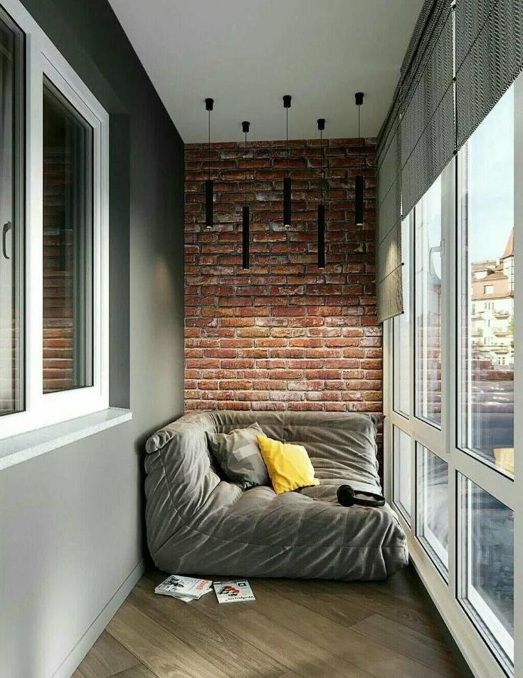 Бескаркасный диванчик на лоджии с панорамными окнами