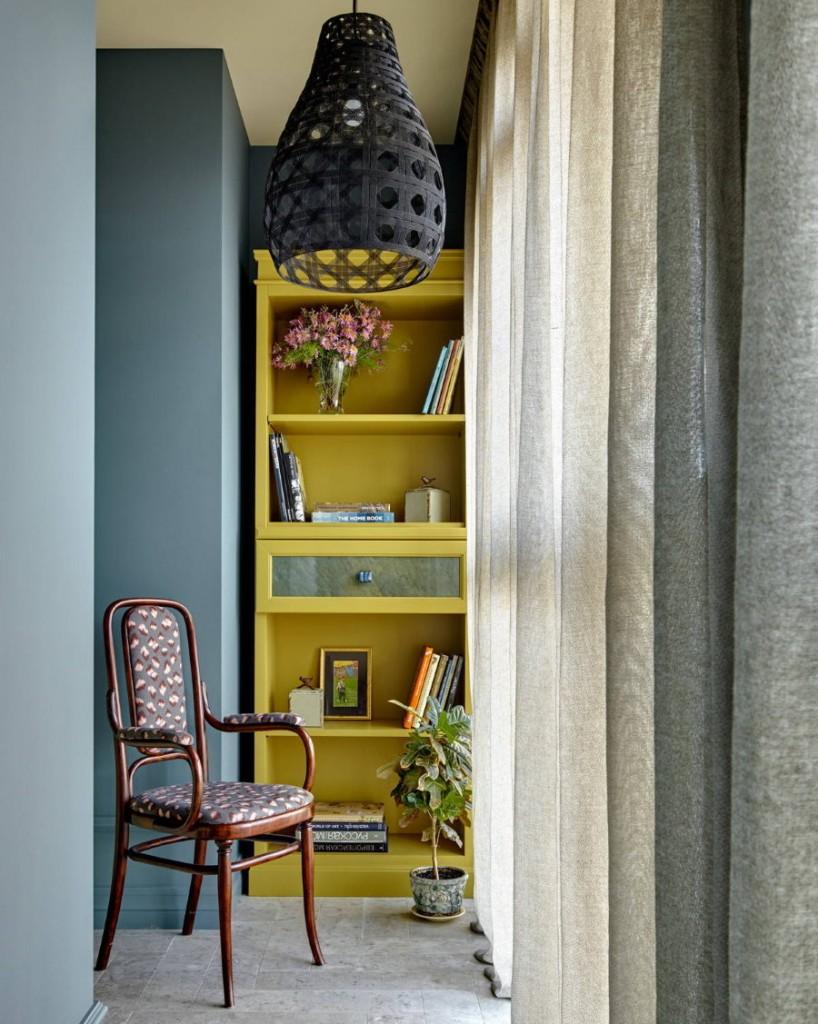 Желтый стеллаж с полочками на узком балконе