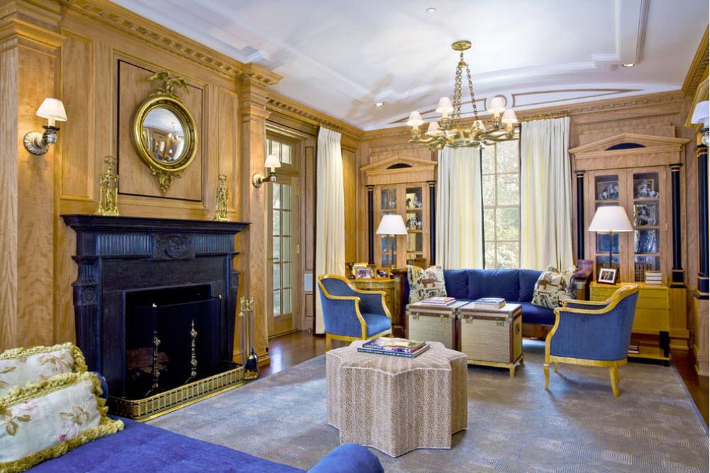 Синяя обивка кресел в гостиной классического стиля