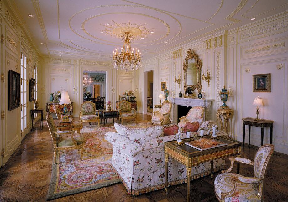 Просторный зал частного дома стиле рококо