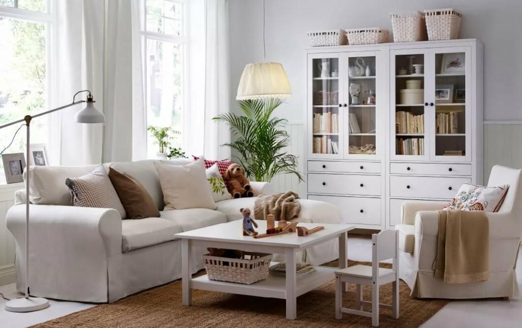 Светлая мебель из дерева в гостиной скандинавского стиля