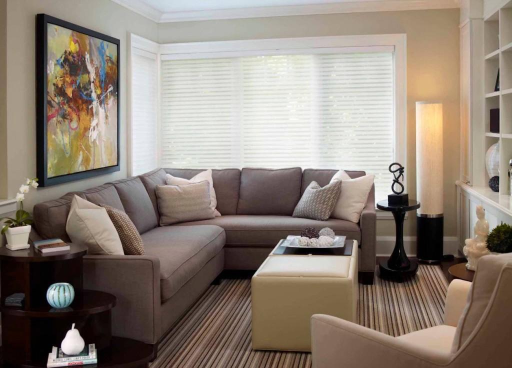 Угловой диван в гостиной городской квартиры