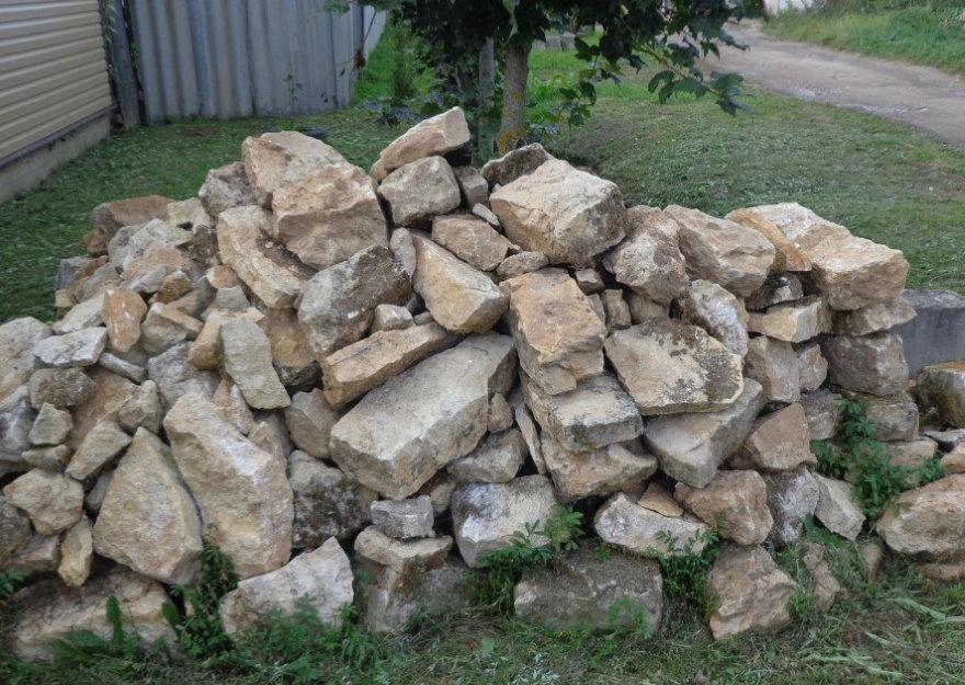 Горка бутового камня из заброшенного карьера