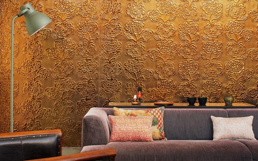 Стена с металлизированными обоями за спинкой дивана