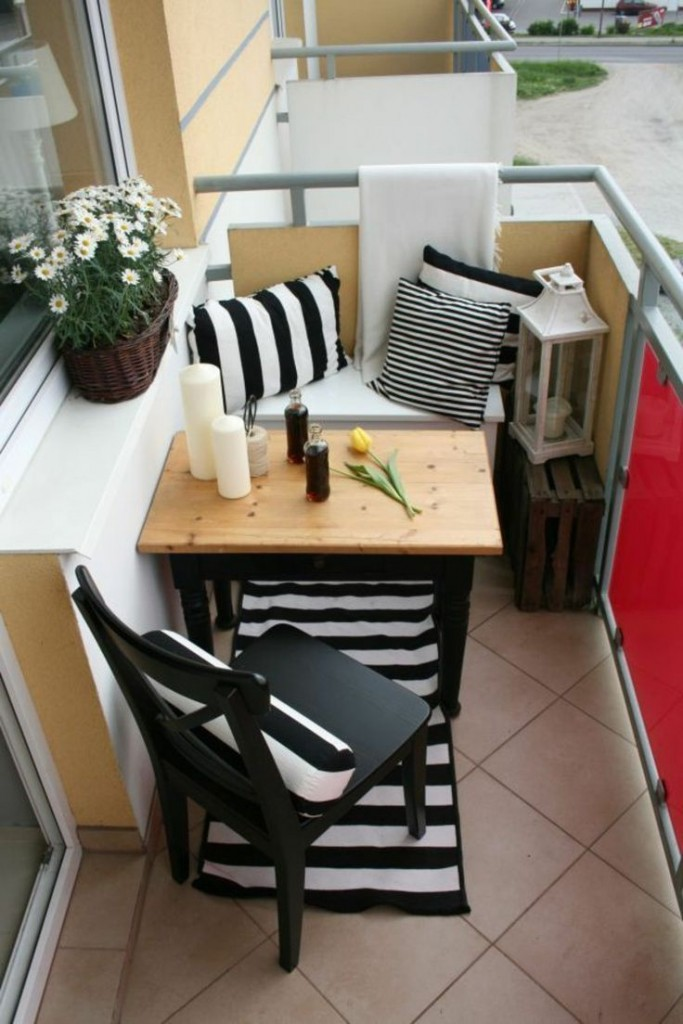 Небольшой столик для завтраков на открытом балконе