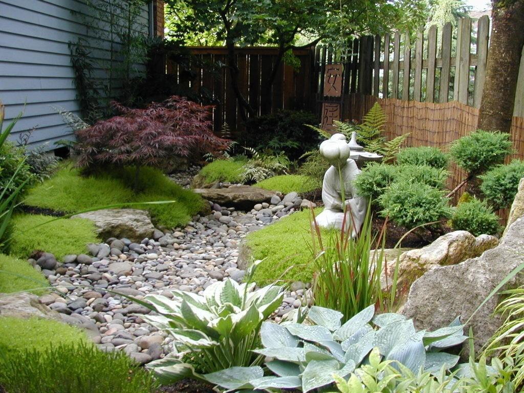 Небольшой садик с сухим ручьем из камней