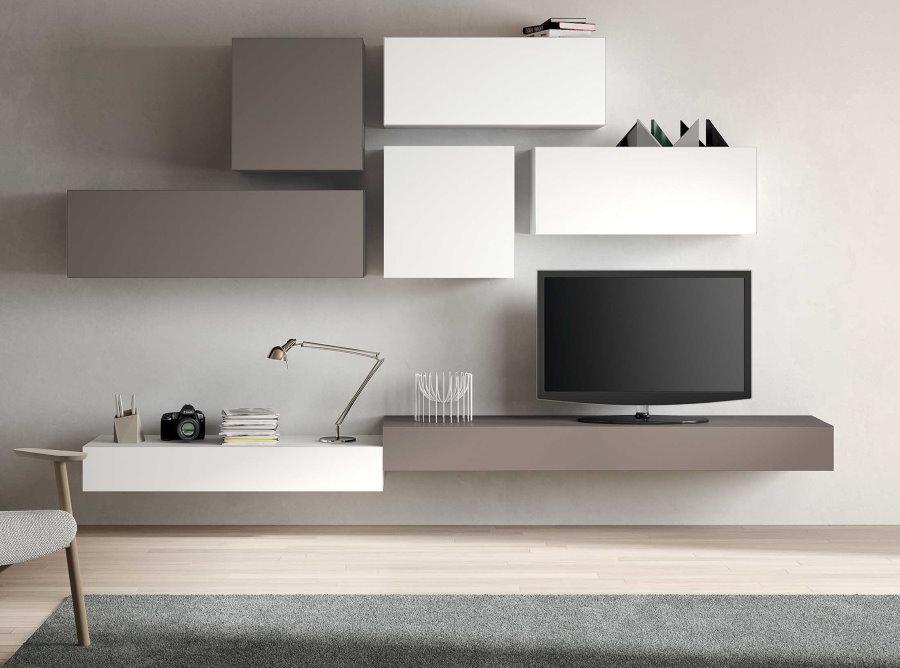 Серо-белая мебель на стене гостиной комнаты
