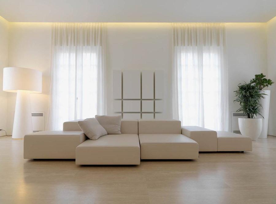 Легкие занавески на окнах гостиной в стиле минимализма
