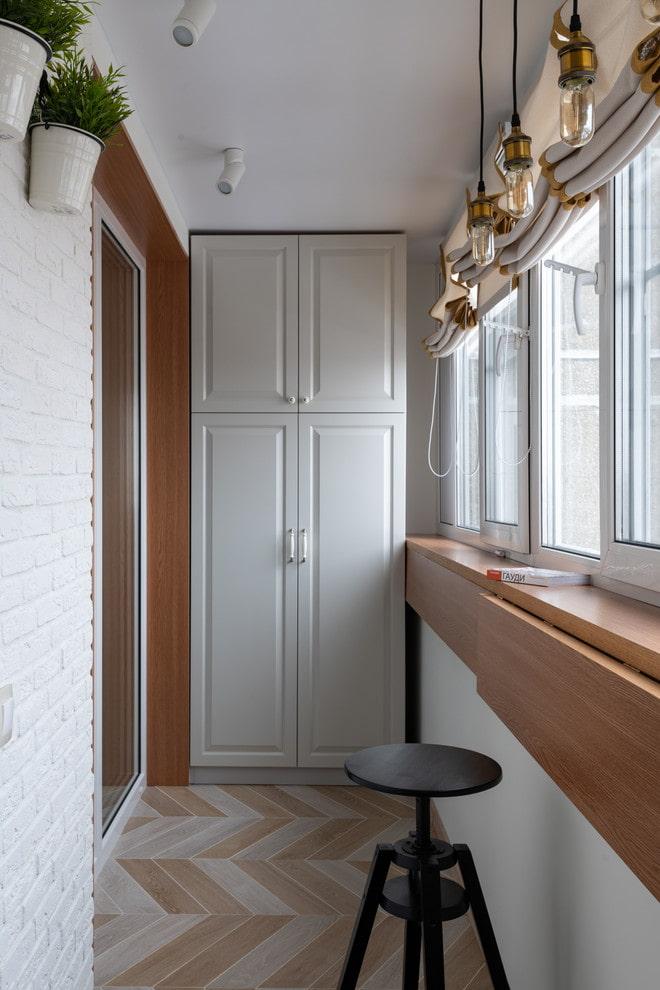 Откидной столик на подоконнике балкона