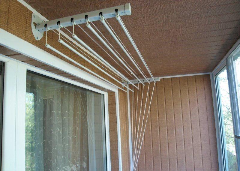 Настенная сушилка на застекленном балконе