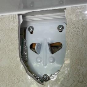 Крепление кронштейна сушилки на стене балкона с ПВХ-панелями