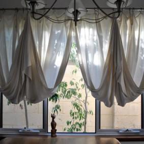 Необычные короткие шторы на окне в гостиной