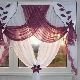 Красивое оформление окна шторами до подоконника