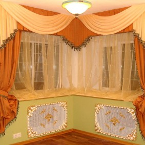 Декор угловых окон в гостиной комнате