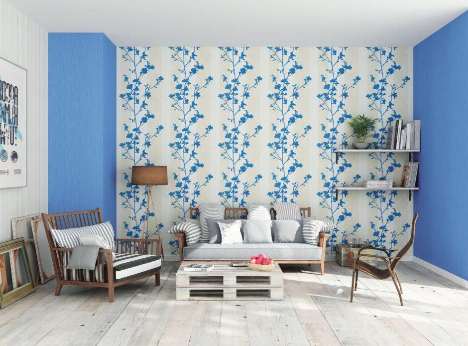 Голубые обои-компаньоны в гостиной комнате
