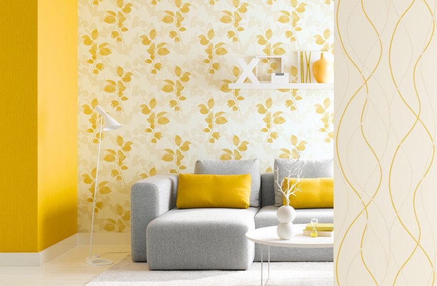 Желтые флизелиновые обои в гостиной