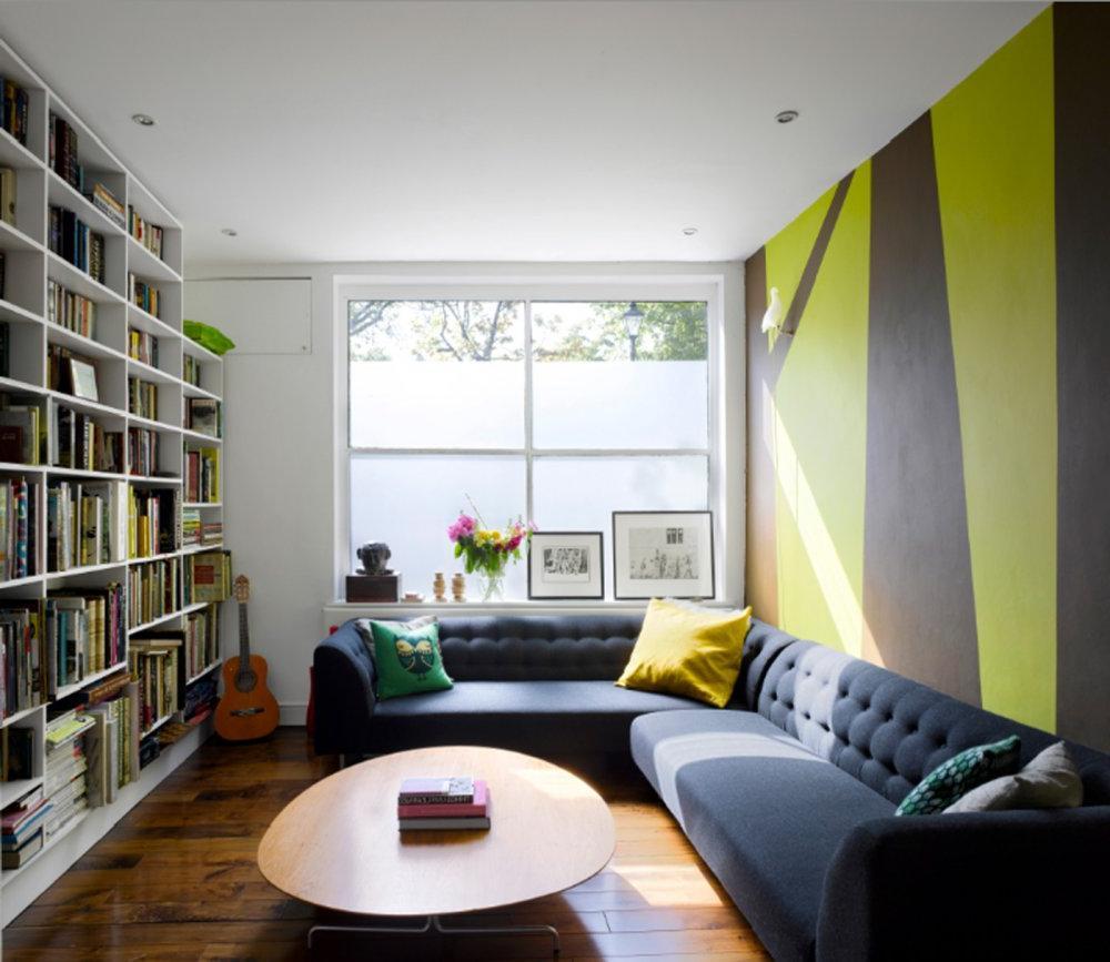 Небольшая гостиная с вертикальным рисунком на обоях