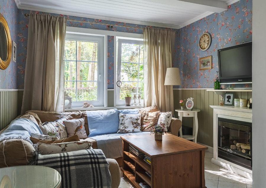 Сочетание обоев с деревянной отделкой в гостиной стиля кантри