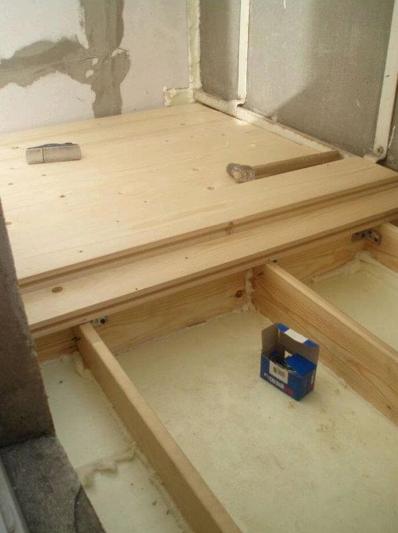 Монтаж деревянного каркаса под порог на балконе