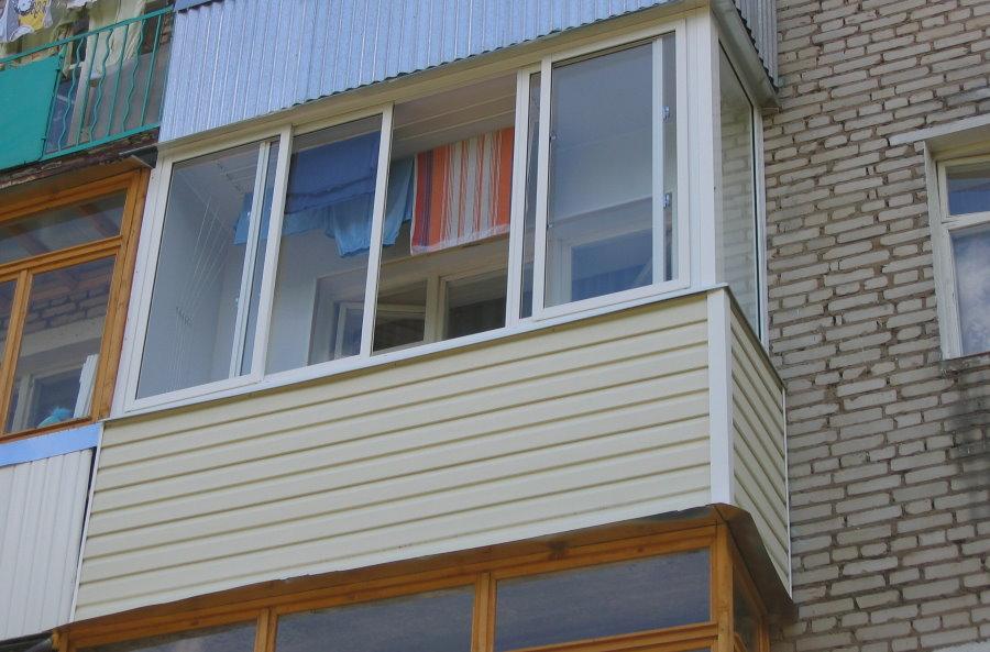 Обшивка ПВХ-сайдингом балкона на кирпичной многоэтажке