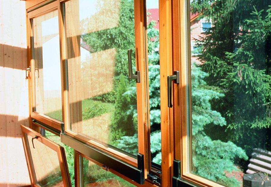 Комбинированные окна из дерева на панорамном балконе
