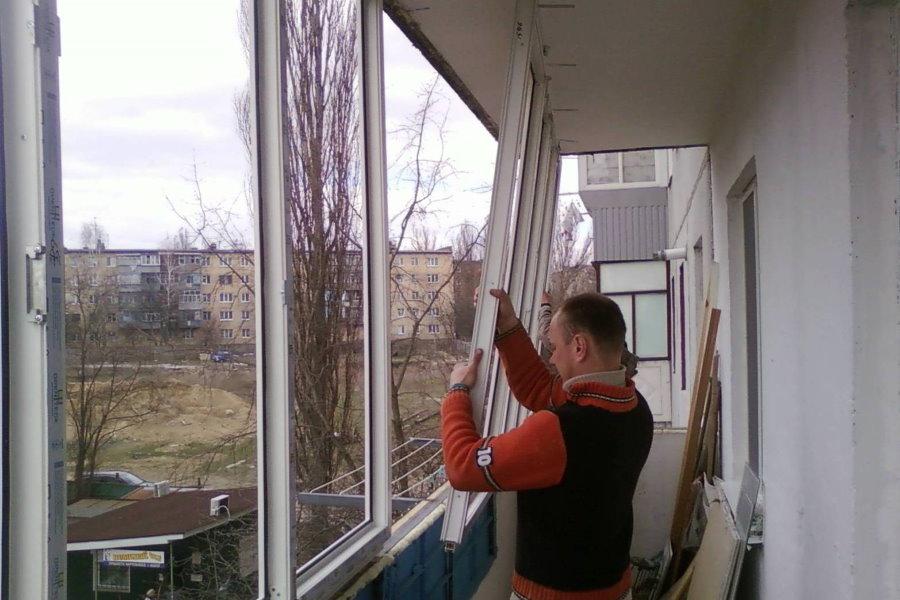 Остекление маленького балкона ПВХ-окнами