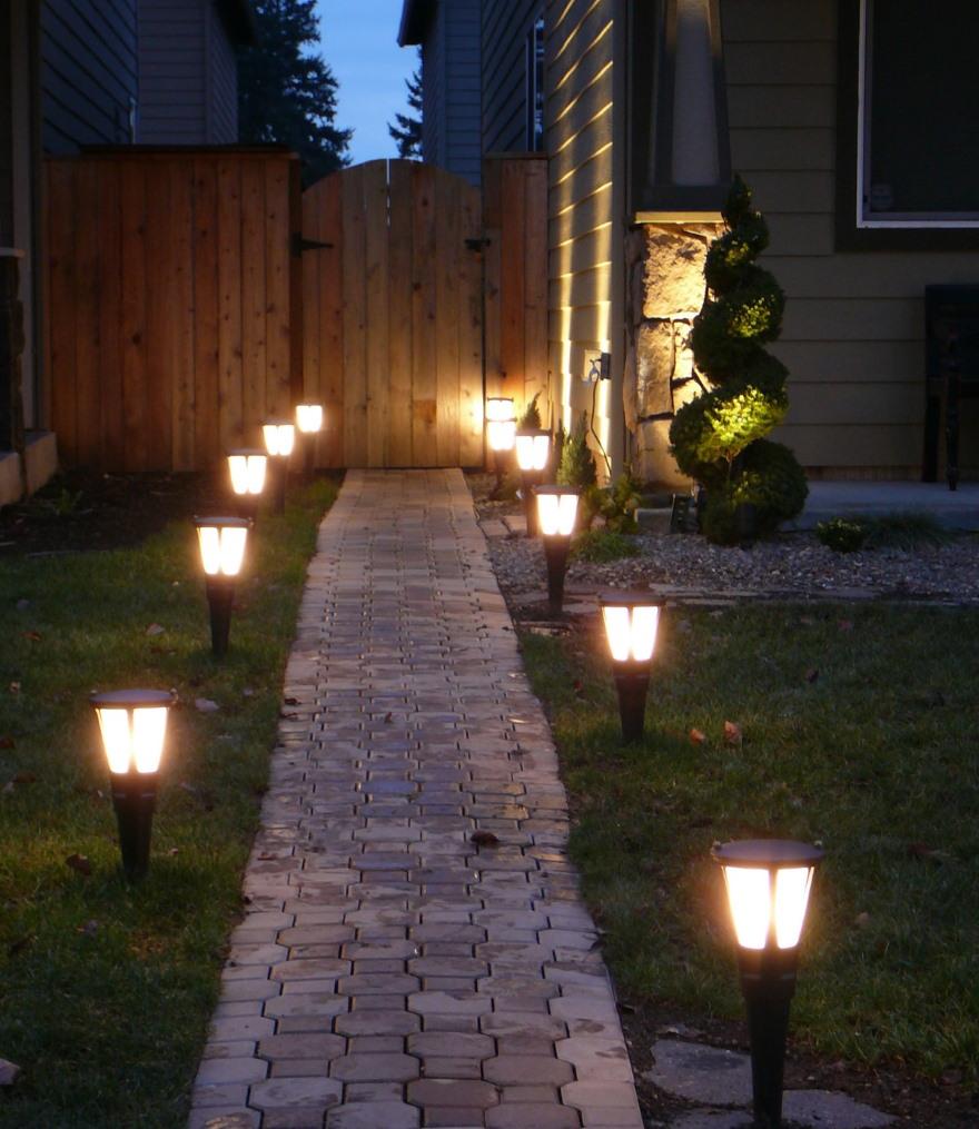 Освещение дорожки от калитки к дому