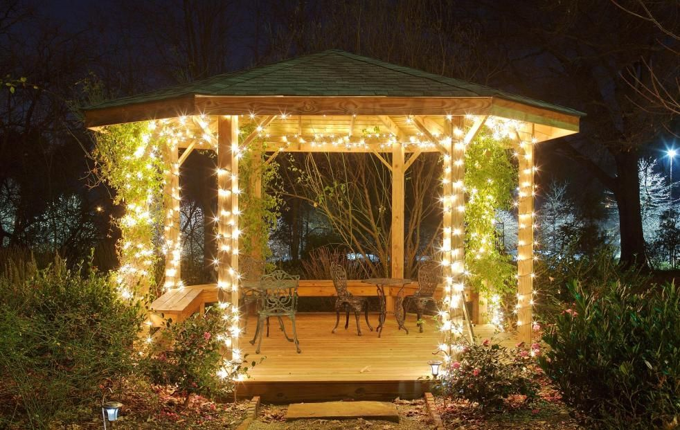 Яркое освещение садовой беседки гирляндами