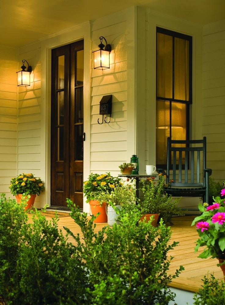 Настенные светильники на крыльце деревянного дома