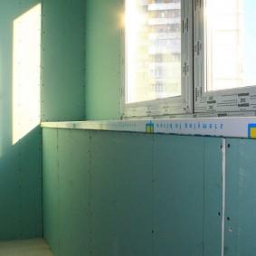 Отделка стен балкона зеленым гипсокартоном
