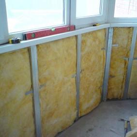 Монтаж минваты на стене застекленного балкона