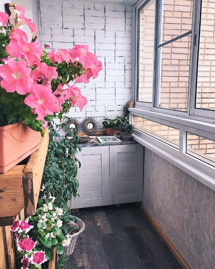 Отделка пола на лоджии с цветами