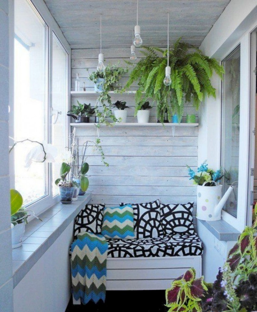Светло-серый потолок на балконе с зимним садом
